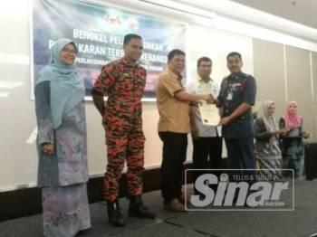 Nor Hisham (dua dari kiri) pada acara penyampaian sijil penyertaan Bengkel Pelan Tindakan Pencegahan Pembakaran Terbuka Kebangsaan-Pelaksanaan Peringkat Negeri Pahang di sini hari ini.