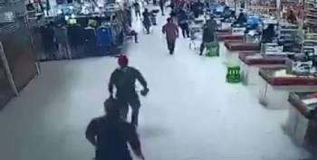 Rakaman CCTV menunjukkan suspek dikejar oleh pengawal keselamatan sebuah pasar raya.