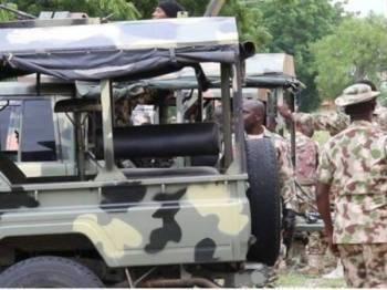 Anggota tentera Nigeria berkawal di sebuah lokasi di Maiduguri. - FOTO: AGENSI