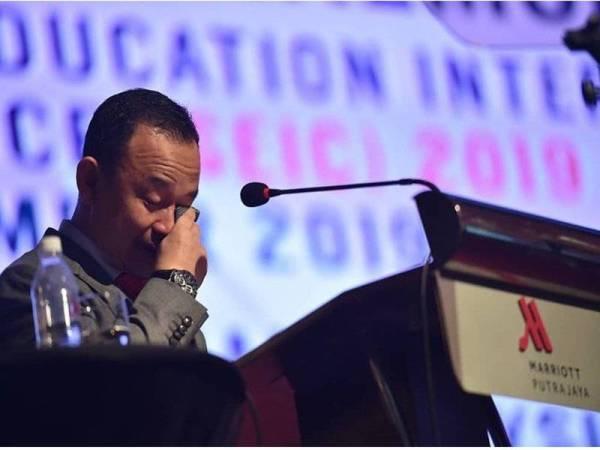 Maszlee kelihatan sebak sambil mengesat air mata ketika berucap pada Majlis Penutup Persidangan Antarabangsa Pendidikan Khas (SEIC) 2019 hari ini. - Foto Facebook Maszlee Malik