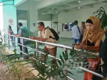 Sebahagian petugas media menunggu di Kompleks Mahkamah Sultan Abdul Aziz Shah.
