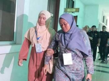 Nurul Najihah (kanan) dilihat diiringi oleh seorang wanita apabila keluar daripada mahkamah.