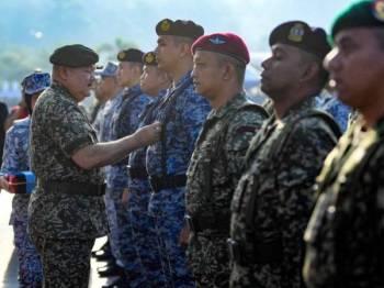 Zulkifli(kiri) memakaikan Pingat Kedaulatan Negara kepada Mejar Muhammad Shaeed Adam (empat dari kanan) pada Sambutan Hari Angkatan Tentera Malaysia ke-86 di Pengkalan Tentera Laut Diraja Malaysia hari ini.