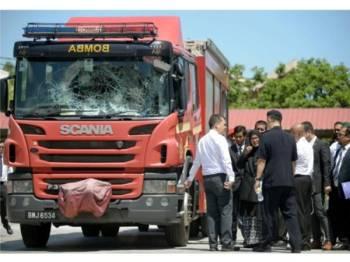 Jentera Fire Rescue Tender (FRT) yang terbabit dalam kejadian rusuhan pada 27 Nov lalu. - Foto Bernama