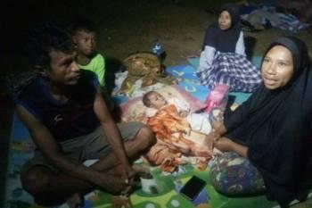Salah sebuah keluarga berlindung di kawasan hutan selepas rumah mereka rosak dalam kejadian gempa bumi di Ambon kelmarin. -FOTO: AGENSI