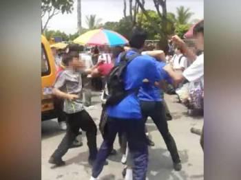 Video pergaduhan melibatkan sekumpulan pelajar yang tular di Facebook semalam.