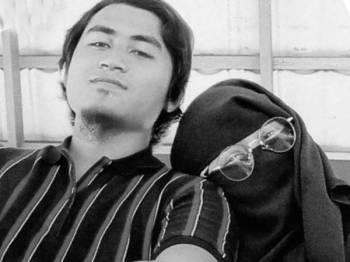 Gambar kenangan Siti Rosmini bersama suami.