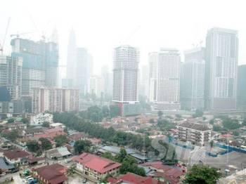Suasana di Kampung Baru berlatarbelakangkan bandaraya Kuala Lumpur. -Foto Sinar Harian ZAHID IZZANI