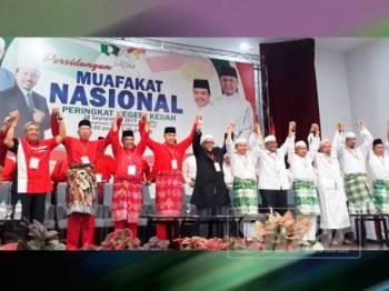 Ahmad Zahid (lima dari kiri) dan Abdul Hadi (enam, kiri) bersama pimpinan utama UMNO-Pas mengangkat tangan sebagai sepakat menjayakan Muafakat Nasional peringkat negeri Kedah.