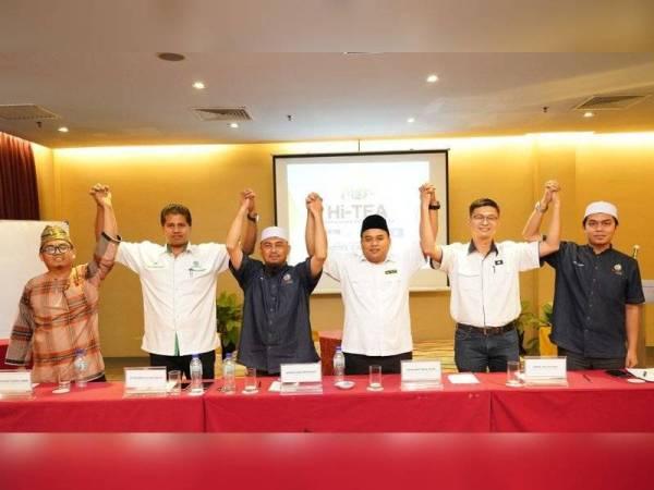 Ketua Pemuda yang hadir menandatangani resolusi bersama semalam. Dari kiri: Mohd Azizat, Jayaganesh, Ahmad Faisal, Mohd Ariff dan Daniel Wa Wai How.
