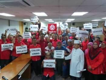Jefridin (dua dari kanan) dan Md Othman (dua dari kiri) hadir pada mesyuarat khas UMNO Bahagian Tanjung Piai malam tadi.