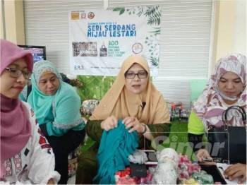 Dr Siti Mariah (tengah) ketika hadir Program Sayangi Bumi Kita 1.0 Seri Serdang Hijau Lestari di Sri Serdang hari ini.