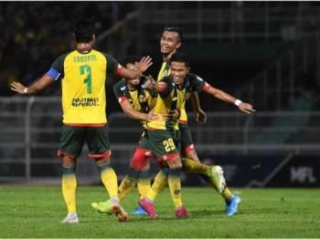 Muhammad Farhan Roslan berjaya menjaringkan gol pertama Kedah pada perlawanan suku akhir ke-2, Piala Malaysia Kedah bertemu PKNP FC di Stadium Darul Aman malam ini. - Foto Bernama