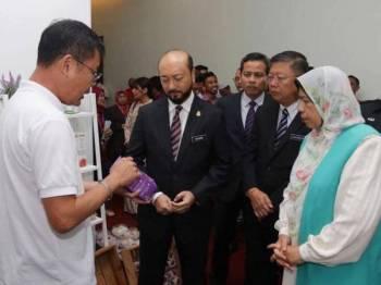 Mukhriz (dua dari kiri) bersama Menteri Perumahan dan Kerajaan Tempatan, Zuraida Kamaruddin (kanan) melawat gerai pameran di Konvensyen Pemerkasaan Ekonomi Komuniti Bandar (PEKB) di Alor Setar hari ini. - Foto Mukhriz Mahathir FC