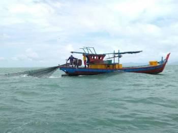 Salah sebuah bot yang ditahan selepas didapati menangkap ikan secara berpasangan.
