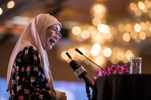 Dr Wan Azizah berucap pada majlis makan malam Persekutuan Pengilang-Pengilang Malaysia kali ke-51 di sini malam ini. -Foto Bernama