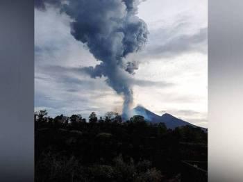 Gunung berapi Ulawun di Papua New Guinea meletus awal pagi ini dan menyebabkan penduduk terpaksa berpindah. - Foto: AFP