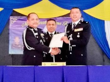 Aidi (tengah) menyaksikan penyerahan tugas antara Pemangku Ketua Polis Daerah Marang, Deputi Superintendan Amran@ Mohamad Zaki Omar (kiri) kepada Ketua Polis Daerah Marang, Deputi Superintendan Mohd Zain Mat Dris( kanan)