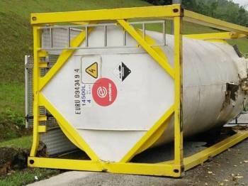 Lori tangki yang membawa 24 tan asid sulfurik komersial terbalik di Slim River hari ini.