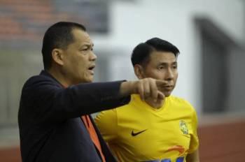 Presiden Persatuan Bola Sepak Malaysia (FAM), Datuk Hamidin Mohd Amin (kiri) bersama Cheng Hoe ketika hari kedua sesi latihan pasukan tersebut sebagai persediaan menghadapi pusingan kedua kelayakan Piala Dunia 2022 dan Piala Asia 2023. - Foto Bernama