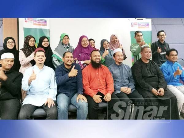 Mohd Azlan (duduk; empat dari kanan) pada Program Rahsia Insan Cemerlang Hidup (RICH) 2.0 di Shah Alam pada Ahad lalu.