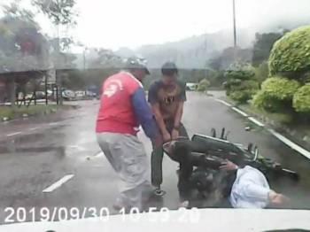 Suami Fatin dan seorang pak cik bertindak memberi bantuan segera kepada mangsa.
