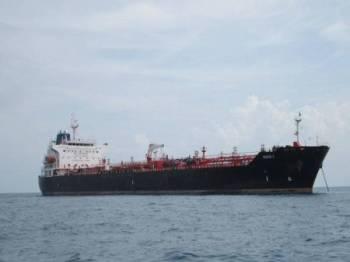 Kapal tangki disyaki berlabuh tanpa kebenaran ditahan APMM dekat Timur Tanjung Penawar, petang semalam. FOTO: APMM