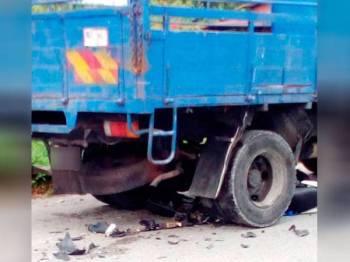 Seorang lelaki maut digilis lori selepas motosikal yang ditunggangnya terperosok bawah kenderaan itu di simpang tiga Jalan Kampung Paya, Kamunting.