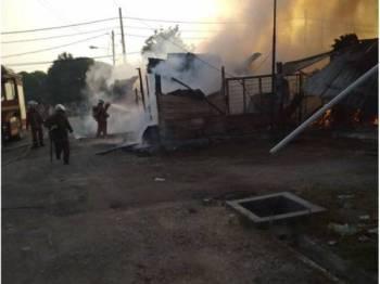 Lima unit kedai dan tiga buah rumah terbakar dalam kejadian yang berlaku di Jalan Kebun pagi tadi. - Foto JBPM Selangor