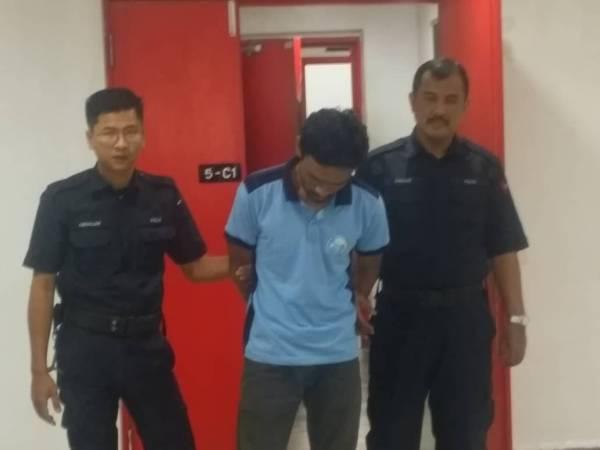 Tertuduh (tengah) dihadapkan ke Mahkamah Majistret hari ini atas tuduhan mencuri iPad.