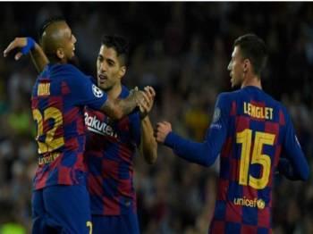 Suarez (tengah) diraikan rakan sepasukan selepas muncul wira Barcelona menumpaskan Inter Milan, 2-1, dalam aksi Kumpulan F Liga Juara-Juara awal pagi tadi. - Foto AFP