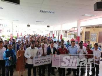 Kor Ming (tengah) menyempurnakan penyerahan cek peruntukan khas Kementerian Pendidikan di SJKT Tanjung Rambutan pagi tadi.