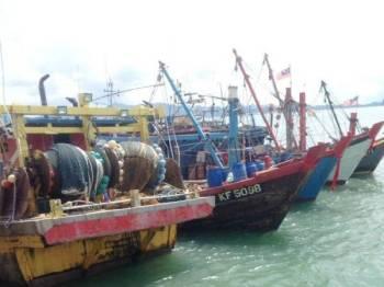 Lima buah bot yang ditahan dalam operasi itu.