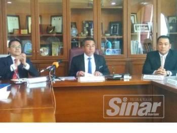 Adly (tengah) bercakap kepada media selepas majlis menandatangani Perjanjian Usahasama Antara Kerajaan Negeri dan Bitara Niaga Development Sdn Bhd di Seri Negeri, Ayer Keroh di sini hari ini.