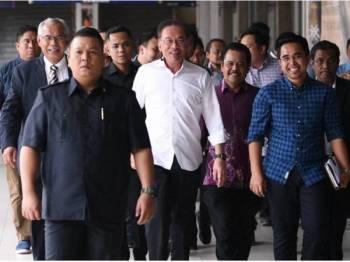 Presiden Parti Keadilan Rakyat (PKR) Datuk Seri Anwar Ibrahim (tengah) yang juga Ahli Parlimen Port Dickson hadir pada Majlis Temu Anwar@UiTM hari ini.