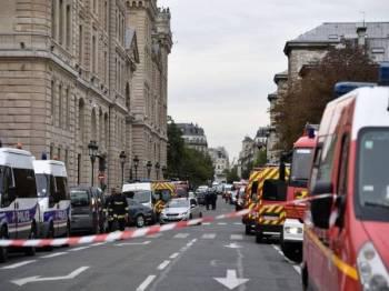 Kawasan berhampiran ibu pejabat polis terpaksa ditutup susulan insiden serangan tersebut. FOTO: AFP