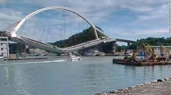 Jambatan itu terputus dua di bahagian tengah.
