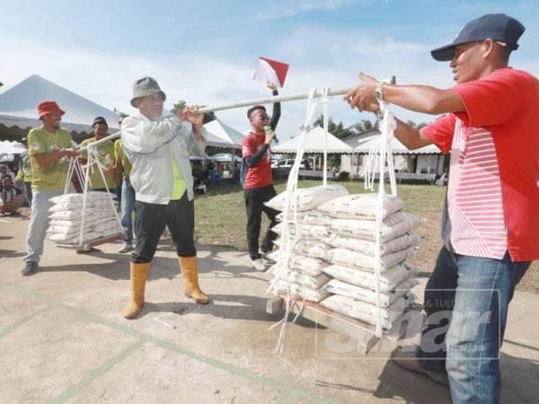 Ahmad berjaya mengangkat 140kg beras pada Karnival Pesawah dan Hari Bertemu Pelanggan Kawasan Pembangunan Pertanian Bersepadu (IADA) Pekan 2019 di Kampung Permatang Durian Merchong kelmarin.