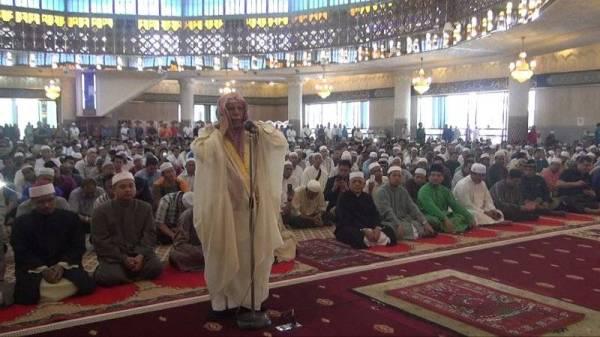 SHEIKH Ali melaungkan azan solat Jumaat di Masjid Negara, Kuala Lumpur pada tahun 2015.