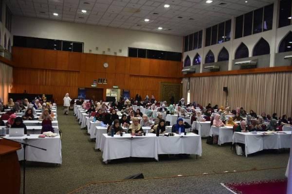 PESERTA Jewels of Quran 10 mempelajari isi kandungan Surah Maryam pada program yang diadakan di IAIS Malaysia, Kuala Lumpur baru-baru ini.