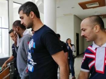 Tiga lelaki termasuk dua warga Iran dijatuhi hukuman gantung sampai mati selepas didapati bersalah mengedar 20.89 kilogram dadah, tiga tahun lalu.