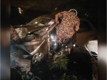 Anggota bomba sedang mengeluarkan mangsa tersepit dalam kejadian di Kampung Parit Yaani Tengah, Batu Pahat awal pagi tadi.