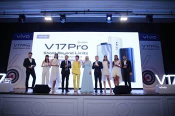 KETUA Pegawai Pemasaran Vivo Malaysia, Lewis Zeng (empat dari kiri) bersama artis jemputan dan juga duta, Priscilla Abby dan Datuk Seri Siti Nurhaliza menunjukkan telefon pintar terbaharu, V17 Pro sempena pelancaran di Hotel Majestic Kuala Lumpur baru-baru ini.