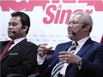 Ishak Ismail (kanan) pada sesi Wacana Kampung Baru: Kekal atau Dibangunkan? yang berlangsung di Dewan Karangkraf hari ini. - Foto: Zahid Izzani