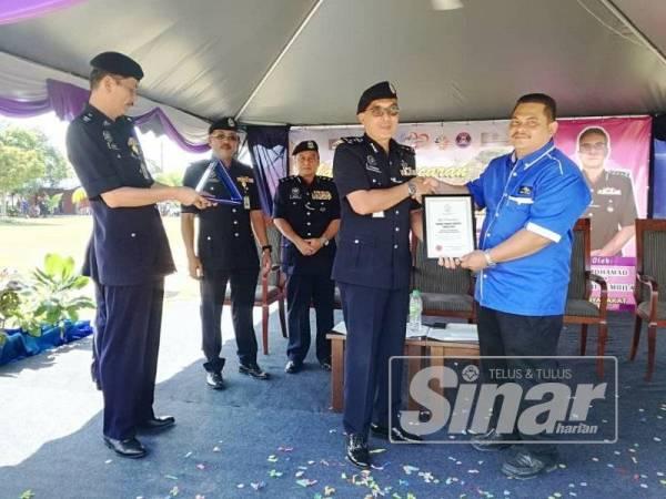 Mohamad menyampaikan sijil penghargaan kepada Pengerusi Persatuan Penduduk Taman Desa Kolej, Kamarul Hisam Mustafa selepas merasmikan Majlis Pelancaran Taman Angkat Amanita Kontinjen Negeri Sembilan.