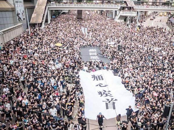 Protes tersebut mencapai ribuan orang yang membantah cadangan ekstradisi undang-undang yang telah dicadangkan oleh kerajaan China.