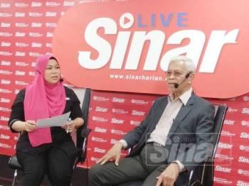 Zainal (kanan) ketika sesi temubual secara langsung berkaitan Kongres Maruah Melayu pada program Sinar Live 'Ini Soal Melayu, Bukan Pentas Politik' di Kompleks Kumpulan Media Karangkraf, di sini semalam.