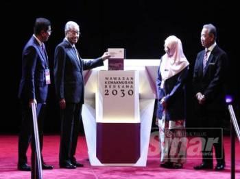 DARI KIRI: Menteri Hal Ehwal Ekonomi, Datuk Seri Mohamed Azmin Ali bersama Perdana Menteri, Tun Dr Mahathir Mohamad; Timbalan Perdana Menteri, Datuk Seri Wan Azizah Wan Ismail dan Menteri KDN, Tan Sri Muhyiddin Yassin merasmikan pelancaran Wawasan Kemakmuran Bersama 2030 di Pusat Konvensyen Kuala Lumpur (KLCC),Kuala Lumpur hari ini. FOTO: ZAHID IZZANI
