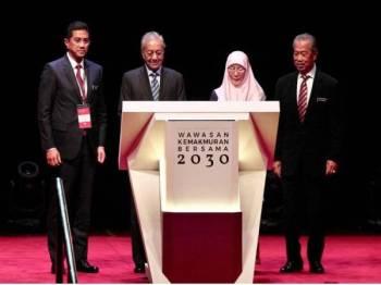 DARI KIRI: Menteri Hal Ehwal Ekonomi, Datuk Seri Mohamed Azmin Ali bersama Perdana Menteri Tun Dr Mahathir Mohamad, Timbalan Perdana Menteri, Datuk Seri Wan Azizah Wan Ismail dan Menteri Keselamatan Dalam Negeri (KDN) Tan Sri Muhyiddin Yassin merasmikan pelancaran Wawasan Kemakmuran Bersama 2030 di Pusat Konvensyen Kuala Lumpur (KLCC),Kuala Lumpur. FOTO:ZAHID IZZANI