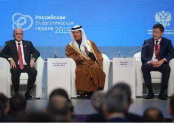 Putera Abdulaziz (tengah) hadir pada satu persidangan tenaga di Moscow, Rusia.